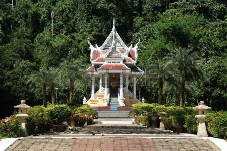 15975641 森の中でタイの寺院