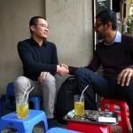 グーグルのCEOがグェン・ハ・ドン(Flappy Bird製作者)と一緒に路上でお茶。